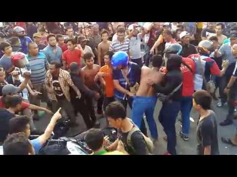 Polisi Di Keroyok Masyarakat Kampung Aur, Medan