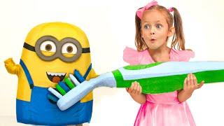 Maya mit einer Geschichte über den zahn  + Kindergeschichten mit Spielzeug