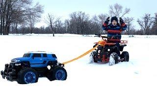 Квадроцикл застрял в снегу. Машинка Монстр-Трак вытянул его. Видео для детей.