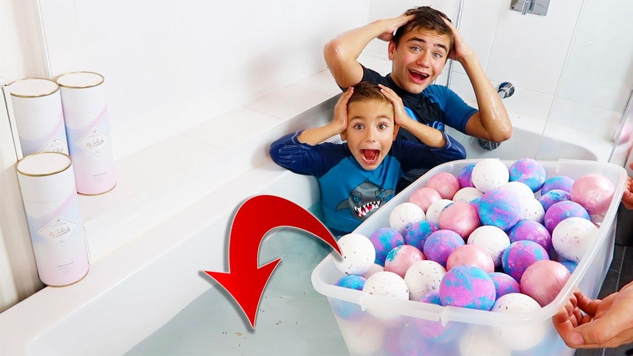On Met 100 Bath Bombs Dans La Baignoire !!! Incroyables