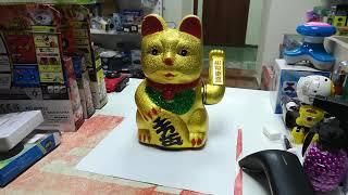 Манэки нэко машущий лапой кот