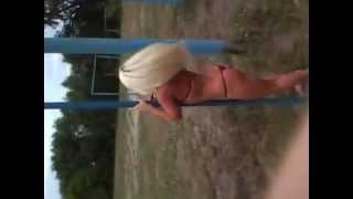 Хорошенькая блондинка у шеста!!!