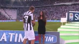 BENDTNER saluta le hostess durante la passerella