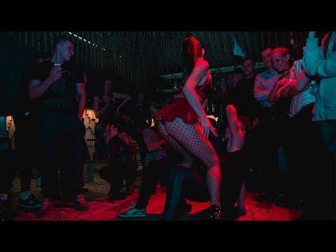 Трахаются в клубе видео моему