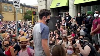 video: Minneapolis mayor booed by angry demonstrators after he refuses to defund city police