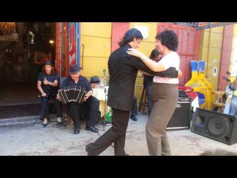 רוקדים טנגו  ב'לה בוקה', בואנוס איירס, ארגנטינה 1