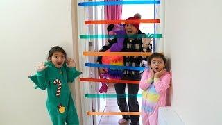 Annemi Hırsız Sandık Eğlenceli Anlar!  Kids Pasting Colored Bands on the Door - Funny Kids Video