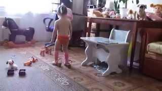 маленькая девочка играет ( Ева )