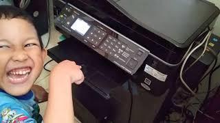 Brian mencetak gambar Tobot X dan Tobot Y