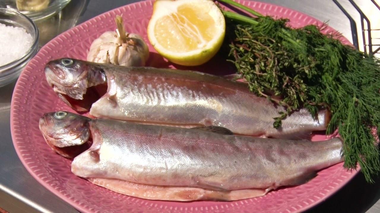 Vis op de BBQ bereiden
