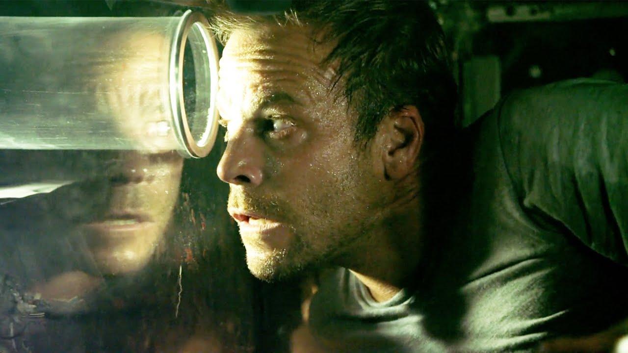 【穷电影】男子醒来发现被困透明棺材中,时不时有东西被丢进来,让他非常绝望
