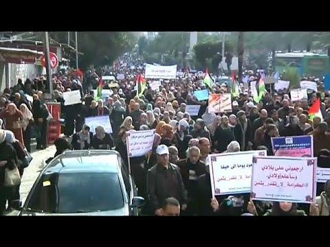 مظاهرة وإضراب عام لموظفي -أونروا- في غزة تنديداً بقرار ترامب تخفيض المساعدات للوكالة…  - 23:21-2018 / 1 / 29