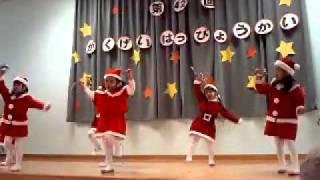 学芸発表会 年中組のお遊戯です。サンタクロースの衣装がとても似合って...