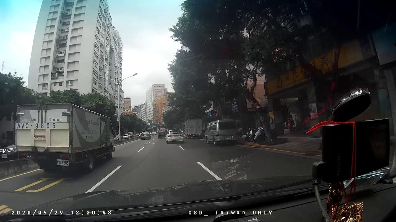 汽車ATB-2235號變換車道未依規定使用方向燈 - YouTube