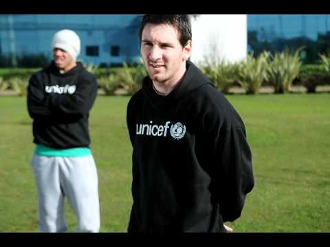 Leo Messi graba un video para UNICEF, mientras Aguero y Tevez le hacen bromas
