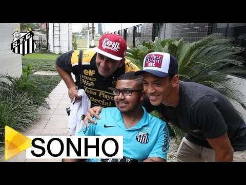 Paulo Henrique realiza sonho e conhece o Santos FC