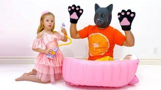 Nastya và bố tắm cho con mèo con