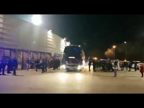 El autobús blanquiazul, entre abucheos