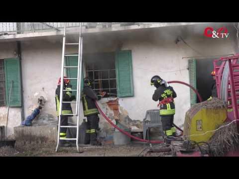 VIDEO | In fiamme la cascina dell'ex presidente della Cantina Sociale