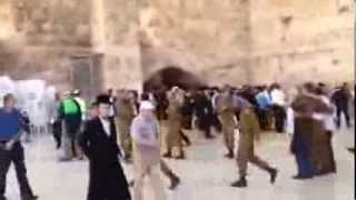 Возле стены плача в Иерусалиме.