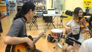 Nghệ sĩ guitar bass nổi tiếng Giang Trinh cùng gia đình ghé thăm Vệt Thương Music Hà Nội Biểu