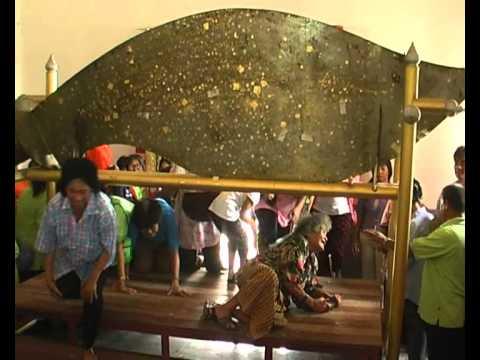 สุพรรณบุรี ชาวบ้านฮือฮาแห่ดูเลขเด็ดมีดตัดหวายลูกนิมิตยักษ์ใหญ่และหนักที่สุดในโลก
