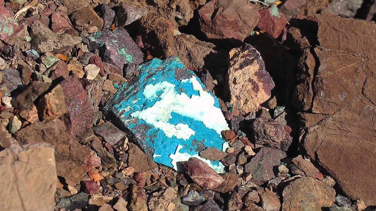 Rockhounding for chrysocolla in the Arizona desert - YouTube