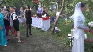 Невеста кидает букет подругам