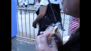 Elle mange un croissant