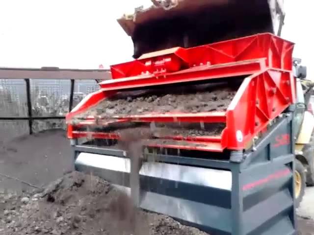 Erdmaterial sieben mit dem Rüttelsieb LS28 von Xava Recycling