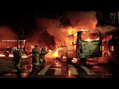 Ônibus são queimados em protesto no Rio