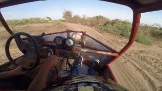 Moteur de moto sur une voiture de rally