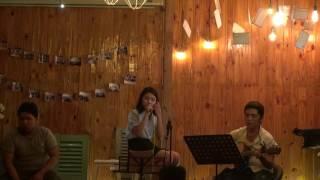 """Cuốn mãi trôi xa tan đi - Thu Uyên [Đêm nhạc """"Vẫn hát lời tình yêu"""" - Xương Rồng Coffee & Acoustic]"""