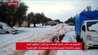 عاصفة ثلجية تضرب مخيمات النازحين السوريين على الحدود التركية