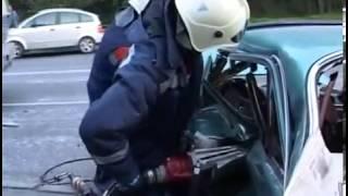 Работают спасатели, извлекают пострадавшую из разбитой машины thumbnail