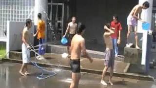 スポーツ大会当日は確かに暑かった。でも、パンツ一丁で水浴びとは・・・