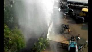 Breaking news, AAj KE TAZA KHBAAR LIVE 5.24  juhu versova link rd. Drinking water pipe burst.