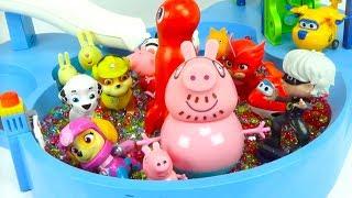 Игрушки из мультиков играют в аквапарке
