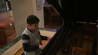 Талантливый ребёнок из Кыргызстана играет на пианино в Шарм эль Шейхе