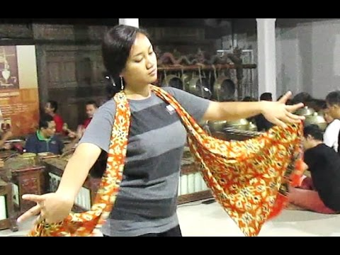 Belajar Tari Klasik Jawa - Learning Java Dance - Live Gamelan Music [HD]