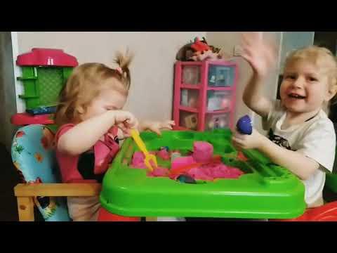 Кинетический песок. Сестры Диана и Даша играют кинетическим песком