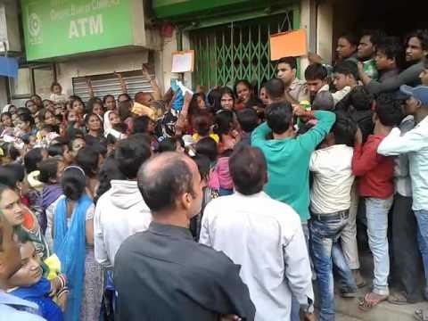 Dangerous crowd in delhi BANK for exchange  money....