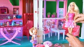 Видео играем в куклы Барби, Челси показывает Барби свои платья, примерка