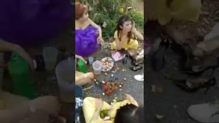 đám cưới trên đường quê với những cô gái sôi động