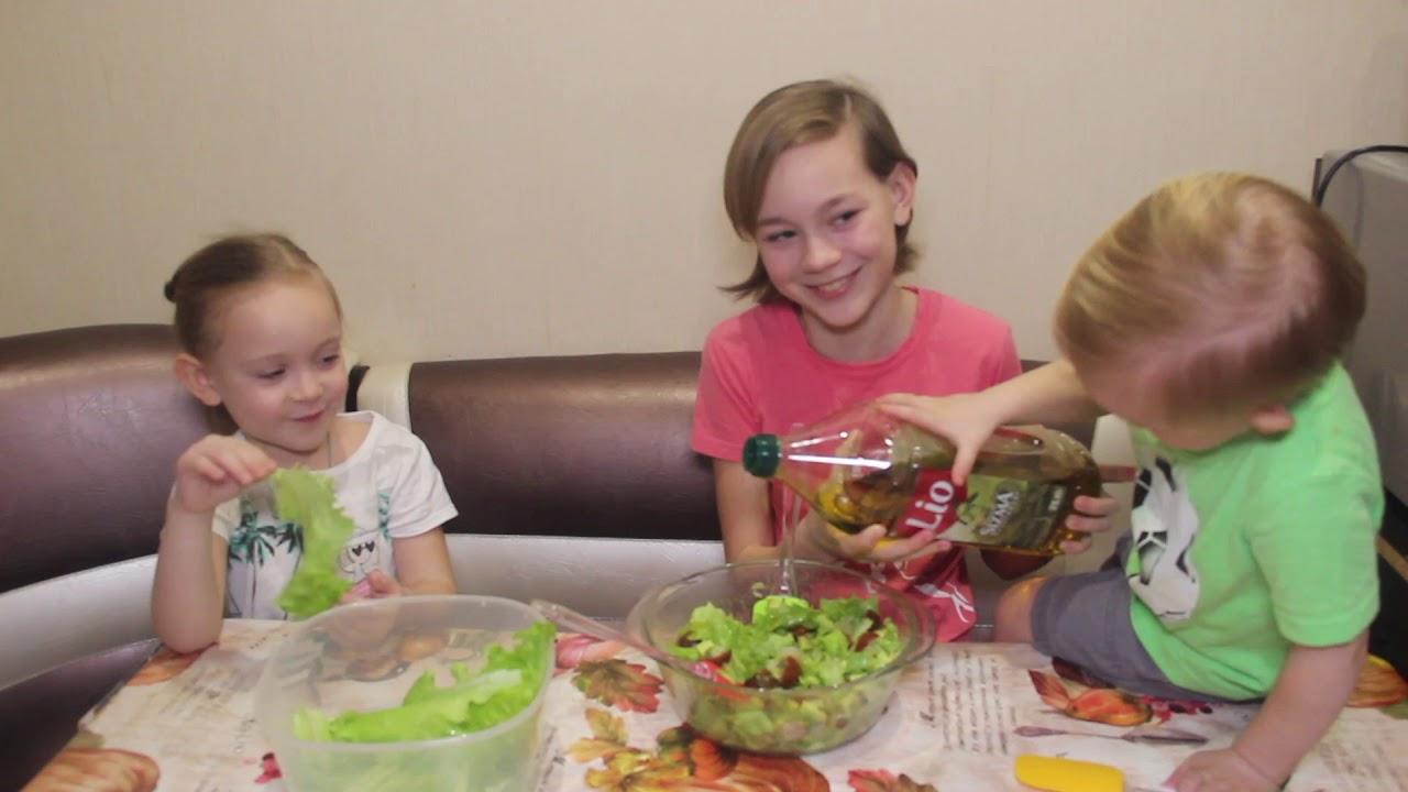 Дети готовят салат с авокадо и креветками. Видео для Детей ...