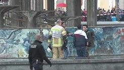 Berlin - Mann klettert auf den Brunnen am Alexanderplatz / Berliner-Kurier