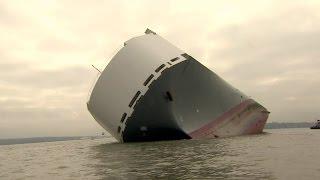 Equipes tentam resgatar navio encalhado com mais de 1,4 mil carros