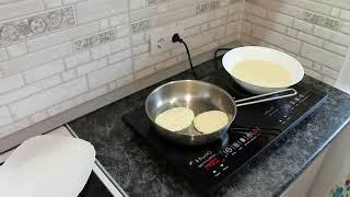Приготовление оладий на индукционной плите Kitfort KT 105