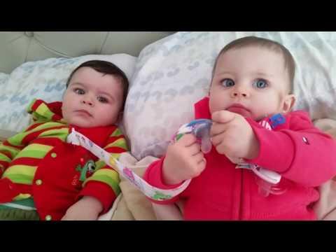 Bebés graciosos. Mi hermana melliza me roba el chupete