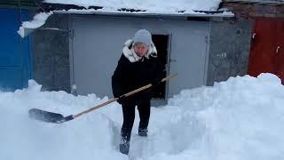 VLOG: Снежная погода 1 марта. Она заставила нас  хорошо поработать  возле гаража. Расчищаем снег.